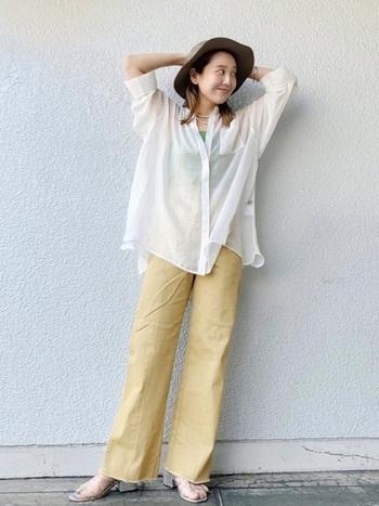 トーンが重めのハットは、明るいカラーの洋服と組み合わせると若々しい雰囲気に。透け感のあるシャツなら軽やかさもアップし、爽やかなコーデに仕上がります。