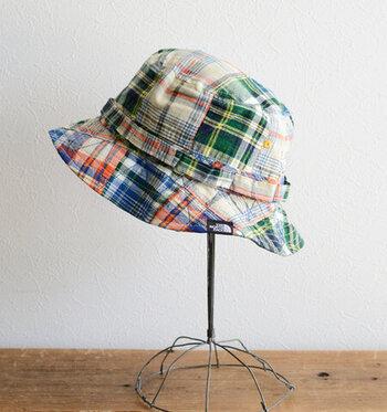 すすぎ洗いをして軽く脱水をしたら、帽子の形を整えて陰干しをします。帽子スタンドがあれば型崩れが予防できますが、帽子サイズのザルを代用してもOKです。