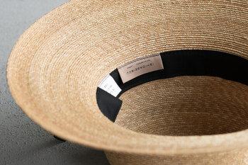 麦わら帽子のような素材は洗濯ができないので、硬く水を絞ったタオルで表面の汚れを拭き取るようにすると◎