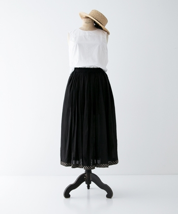 スカート選びに迷っていたら、今季は「ブラック」を選んで大人っぽい着こなしを楽しんでみてはいかがでしょう。着こなしが重くならないように、足元をサンダルにしたり、かごバッグなどの小物を使ったりと、どこかに涼しさを加えるとシーズンムードが高まります。トレンドのシアーシャツとも好相性です。