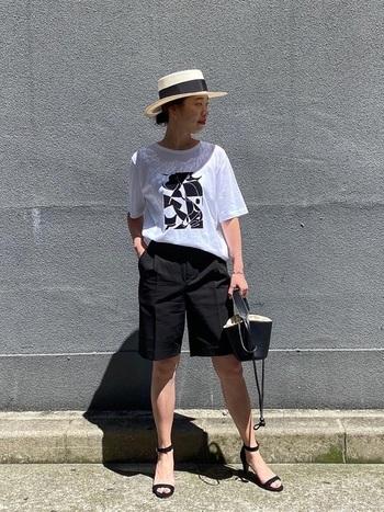 プリントTにセンタープレスのハーフパンツ。カンカン帽もワンポイントに加えた粋なスタイル。足元は敢えてサンダルを選び、抜け感を出して。大人の女性らしくかっこよくまとまっています。