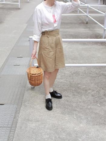 スカートのような台形シルエットのハーフパンツにシャツをインして。シンプルスタイルに合わせたのは、ドレスシューズとカゴバック。ガーリーな要素がちらっと見えるスタイルが可愛らしいですね。