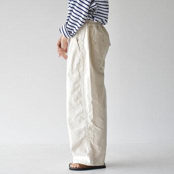 """夏のコーデに欠かせない「ホワイトパンツ」。デザインは、ゆるっと穿くだけでサマになる""""ワイドシルエット""""を選ぶと、今年らしく着こなせておすすめです。いつものデニムやチノパンをホワイトワイドパンツに変えることで、季節感のある垢抜けコーデを楽しむことができますよ。"""