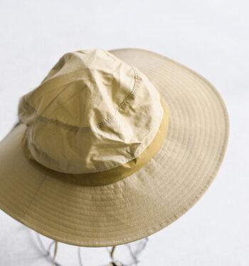 綿、麻、ポリエステルなど洗濯可能な帽子は、40度前後のぬるま湯に洗剤を溶かし、軽く押し洗いをして20分ほど付け置きをすることで型崩れを防ぐことができます。