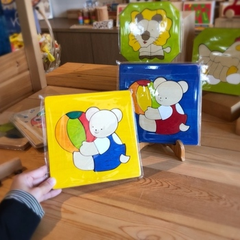 絵本のような小さな「木のパズル」は、出産祝いやお子さまの誕生日プレゼントにぴったりなおもちゃです♪可愛らしいくまの絵柄で、小さなお子さまでも楽しめるアイテムとなっています*