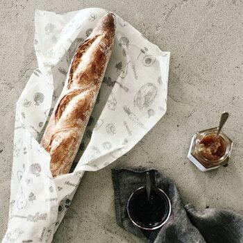 適度に保湿もしてくれるから、パンの保存にも適しています。翌日には乾燥して固くなってしまうフランスパンも、中身がふわふわ。みつろうラップがあれば、パン屋さんで保存用ビニールは「いりません!」と迷わず断れちゃいますね。