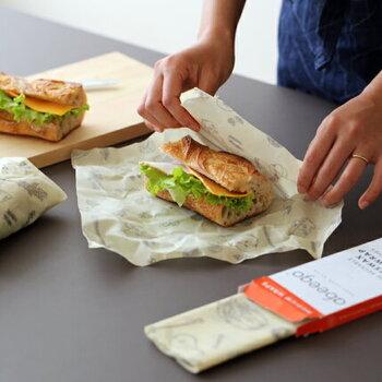 おしゃれな柄のみつろうラップにサンドイッチを包んでいくと、ランチタイムに気分が上がります。サンドイッチのおいしさを保ちながらスタイリッシュにラップできるのがうれしいですね。
