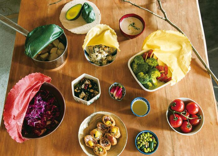 みつろうラップは、布にミツロウや植物性オイル、天然樹脂を染み込ませたラップのこと。手で温めると、みつろうが柔らかくなり、器や食材をぴたっととラップしてくれます。
