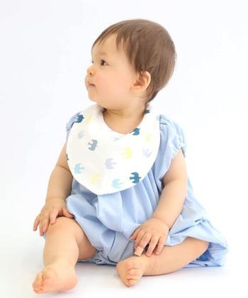 人間の体は、常に一定の体温を保てるよう作られていますが、お子さんはまだこの調節機能が未熟なため、室内でも注意が必要です。エアコンの温度を27度くらいに弱めに設定しつつ、保冷剤が入るポケットが付いたスタイをしてあげると、お母さんも安心ですし、お子さんも快適です。