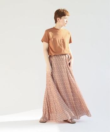 夏気分を高めるエスニックプリントのロングフレアスカート。広がる裾がエアリーで軽やかな印象です。カジュアルなクルーネックTシャツを合わせても、女性らしいサマーコーデに。