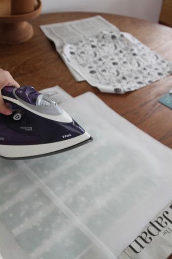 意外と簡単に作れるみつろうラップ。自宅で手作りしてみるのはいかがでしょうか?厚めの新聞紙の上にオーブンペーパーを広げてお好みの布をのせ、その上にミツロウの粒をのせてオーブンペーパーを乗せてから、アイロンでミツロウを溶かしながらコーティングするだけ。