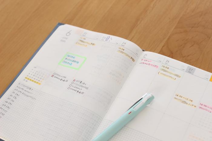 100均のアイテムを活用して一目で予定がわかりやすい手帳にしています。アイテムのひとつが、ダイソーの「パステルマーカー」。手帳に予定を書き込み、その上からカラーペンを引いています。「仕事」「プライベート」など色分けして、一目で分かりやすい工夫を。色分けしておけば、手帳を開いてぱっとすぐに予定がわかるところがいいですね。