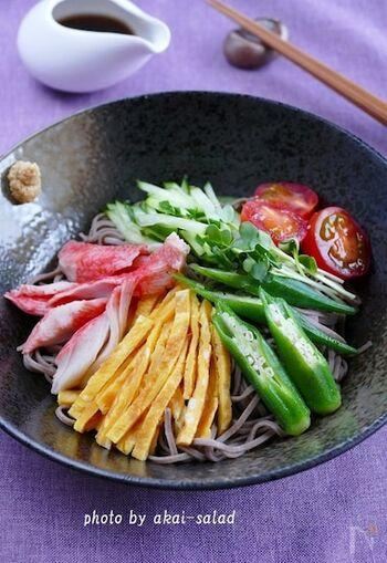 中華麺の代わりにお蕎麦を使用。冷やし中華の甘辛酸っぱいタレが意外とよくマッチします。