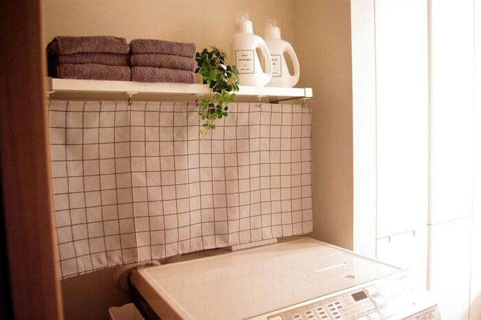 こちらは、洗濯機上のホース類を布で隠してしまうアイデア。毎日使う洗剤やタオルは、最小限にして見える位置に収納しています。ホースの上に溜まりがちなホコリを除けてくれるので、お掃除の回数も減らせそうですね。