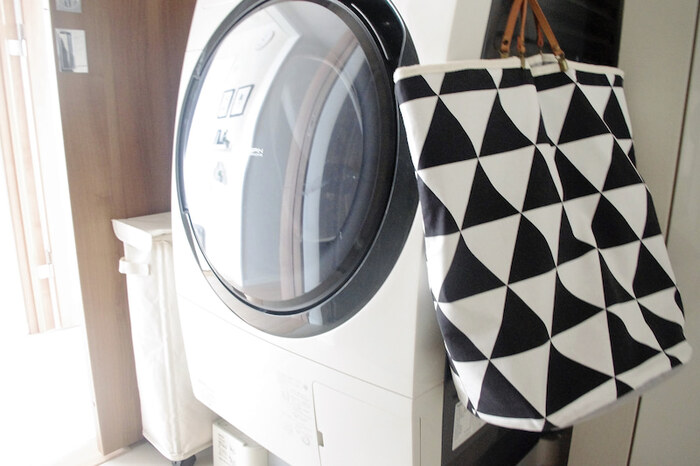 ランドリーボックスを置くスペースがないなら、バッグ類でもOK! 洗濯機にマグネットフックをつけるだけで簡単に収納場所を増やせるのでおすすめです。おしゃれ着のほか、タオルや作業着、赤ちゃんの衣類など、細かく分けているご家庭でも、これなら気軽に分別できますね。  ご家庭で余っているバッグを利用するのはもちろん、バッグ型の洗濯ネットも販売されていますよ。持ち手を内側にしまってチャックを閉めたら、そのまま洗濯機で洗える便利グッズです。
