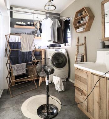 室内干しに重宝するのがランドリーバー。また、洗濯機から洗濯モノを出しながらハンガーやピンチハンガーに干せたら、あとはまとめてベランダに運ぶだけ。とっても効率的ですよね。  ランドリースペースで洗う・乾かす・干すまでが無理なく完結!家事をするための移動や片づけのアクションを1つでも減らすことが、ストレスなく家事を進めるためのポイントです。