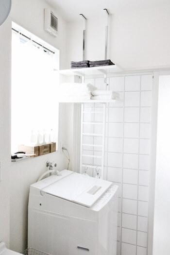 引っ越しや洗濯機の買い替え、洗剤ボトルや収納カゴの新調などで、地味に困るのが「今まで入ってたものが入らなくなってしまった問題」。  こちらは、洗濯機の片側の壁と天井を使ったつっぱり式のランドリーシェルフ。狭いスペースでも設置できるほか、収納したいものに合わせて高さを好きに変えられるので便利です。洗濯機の上をふさがないので、窓や引き戸を邪魔をせずに設置できます。