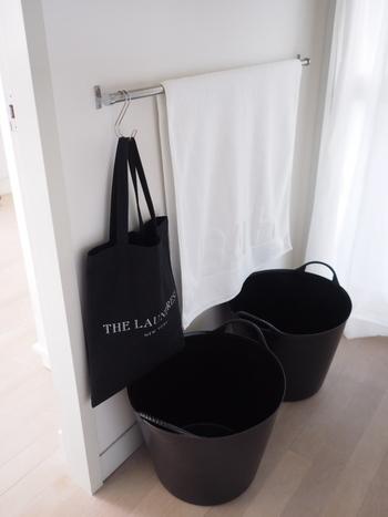 洗濯カゴの置き場所は、洗濯機の近くが運びやすいですが、それ以前の工程である、家族が洗濯モノを洗濯カゴに入れやすいかもポイントです。  カゴをいくつか用意して、ルールによって各自で振り分けてもらえれば、仕分けする必要なし◎  こちらのお宅では、S字フックで引っかけたトートバッグに洗濯ネットを入れています。流れるように洗濯できるよう、作業ごとに必要グッズをまとめておくのもコツですね。