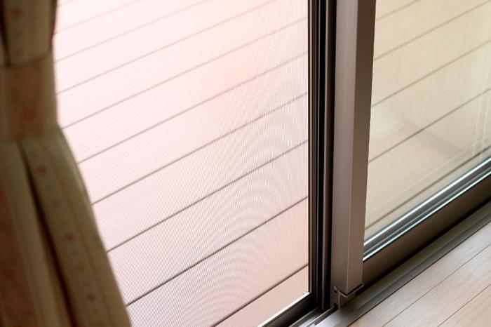自宅では、玄関や窓際など虫の出入り口となる部分に使ってみてください。網戸にハッカ油スプレーを吹きかけたり、ハッカ油を数滴加えた水で、窓や玄関、バルコニーを拭き掃除したり。コットン等にハッカ油を染み込ませ、虫の通り道になりそうな隙間に置いておくのも効果的です。