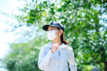 清々しい朝の空気の中、一人の時間を充実させることができる朝散歩。心と体へのメリットも多く、手軽に始められる健康習慣の一つとして導入してみるのはいかがでしょう?