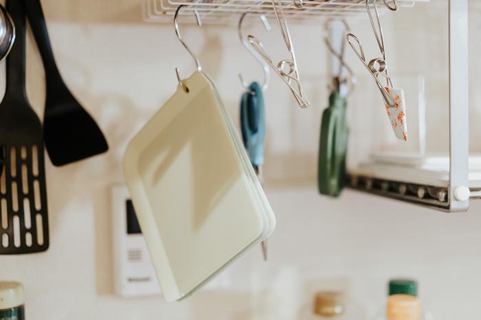 S字フックとワイヤークリップを併用して、吊るすものによって場所を変えると使いやすくなりますね。