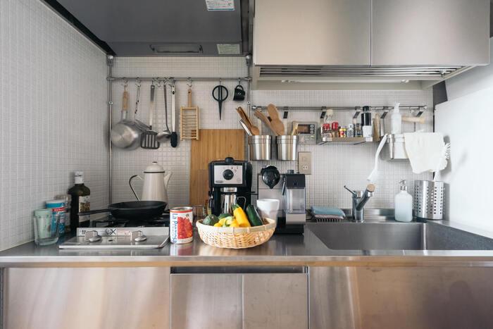 きちんと手入れされた道具を吊るすとまるで職人さんの台所のような雰囲気になります。つっぱりポールを通して、フックをかける場所を確保。キッチンツールの素材感が揃っているので、ツール自体のかたちが違っていても、まとまって見えます。