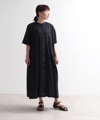 黒ワンピを夏に着こなす時は、足元はサンダルや白いシューズを合わせると、スッキリとした印象に見せることができます。サンダルならトーンが暗くても素肌が見えるため、軽やかな雰囲気が出ます。
