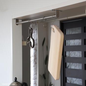まな板は立てかけておくとなかなか乾きませんが、こうしてS字フックに吊るせば乾かす時間も短縮できます。無印の横ブレしにくいフックの広く開いている方ならまな板もすっとかけられます。衛生的に使えるのもステンレスフックのいいところです。