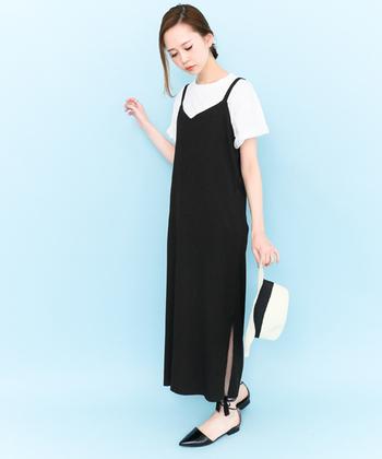 キャミソールワンピなど、肌の露出が目立つデザインは、インナーにTシャツを合わせてもgoodです。メリハリが出る白なら、重ね着をしても爽やかに見えます。