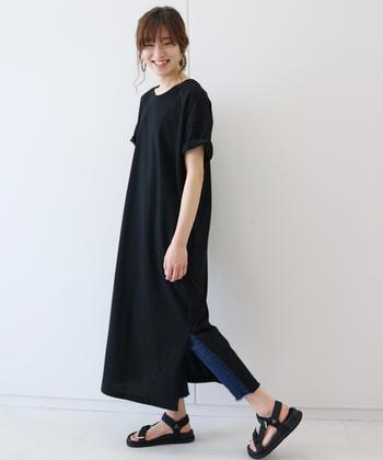 トレンドアイテムでもあるTシャツワンピは、急な来客でもオシャレに見えるおうち着として活躍します。深いスリットが入ったデザインは、ボトムスやレギンスを合わせてカジュアルに着こなしましょ。