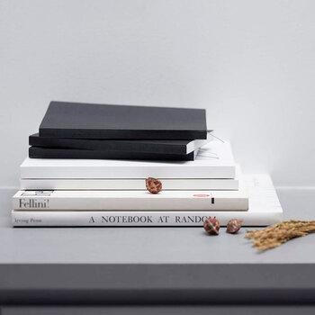「日々持ち歩きたくなるノート」をコンセプトに作られた「ITO BINDERY」ノートブックは、こちらも東京の老舗製本工房の手によるもの。「1年365日から土・日を除いた分」として、一冊272ページのノートです。必ず毎日書かなくても大丈夫という、小さなゆるさが心地いいですね。