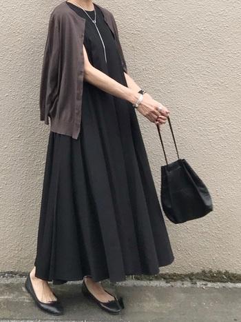 夏の冷え予防にもなるカーデは1枚あると女性にとって心強いですよね。黒ワンピには、明るめカラーを選ぶのも良いですが、暗めのトーンで大人っぽく着こなしたい時は、肩掛けでサラッと羽織ると爽やかでこなれ感のあるスタイルに。