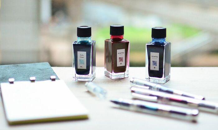 日記を書くときは、部屋でゆっくりと…という方は、筆記具やインクにもこだわってみては?こちらは東京でオリジナル文具を製作する「カキモリ」のインクとローラボールペン。ボールペンでありながら、万年筆のインクを使って書けるというアイディアがステキです。色分けをしてみたり、イラストを添えてみたり…日記の書き方も変わりそう。