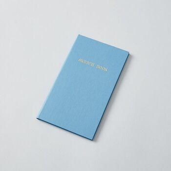 こちらは別の会社がリリースしているフィールドノート。シンプルでやさしい色の表紙は女性のハンドバッグに入っていても違和感なし。かわいいデザインながらハードカバー仕上げで、立ったまま筆記できるようにという、フィールドノートの機能はしっかりふまえています。