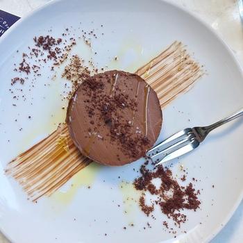 「チョコレートブディーノ」はプリン風のスイーツ。上質なオリーブオイルと海塩をかけていただきます。