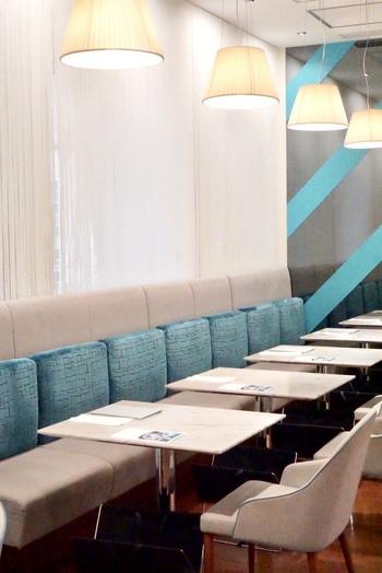 大丸東京の4階にある「THE CAMPANELLA CAFE(ザ・カンパネラ カフェ)」は、東京土産の上位ランキングを獲得したこともある「東京カンパネラ」が手がけるカフェ。店内は、イメージカラーのブルーと白を基調とした爽やかな雰囲気です。