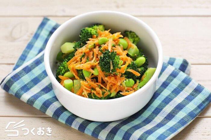 彩り良く味もさっぱりおいしい、ブロッコリーとにんじんのごまサラダ。シンプルでやさしい味付けになっています。
