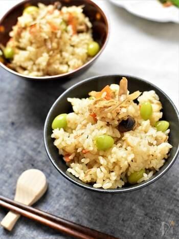シンプルな味付け&野菜の具材だけでしっかり旨味のつまったじわじわくる美味しさの炊き込みご飯。もち麦を入れて歯ごたえ&栄養アップ。