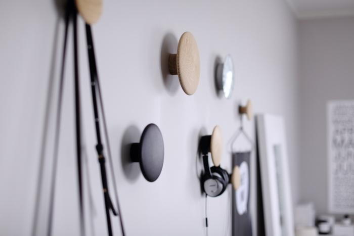 まるで元からそこにあったかのように壁に馴染む、Muutoのフック、THE DOTS COAT HOOKS。 コートを掛けるためのフックとして作られたドッツは、掛けたり吊るしたり、壁面収納の頼れるアイテム。  オーク無垢材を削って作られているから、木のなめらかな手触りと木目が楽しめます。 サイズ違いで設置すれば、オブジェのような雰囲気に。単品だとワンアクセントになるインテリアです。