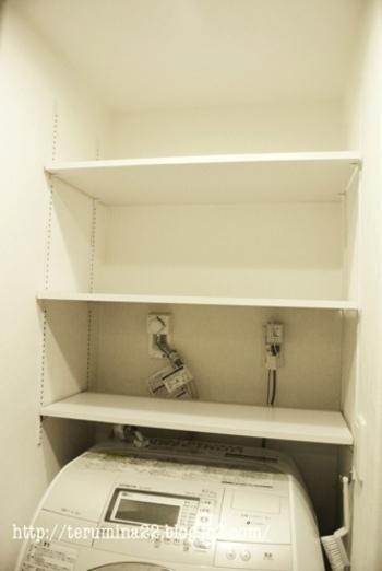 持て余しがちな洗濯機の上部スペースには、壁にレールを付けて棚を設置。 最初に棚板の幅の計測さえ済ませておけば、あとは好きな高さに好きなだけ棚を増やせます。洗濯機の買い替えにも柔軟に対応できそうですね。