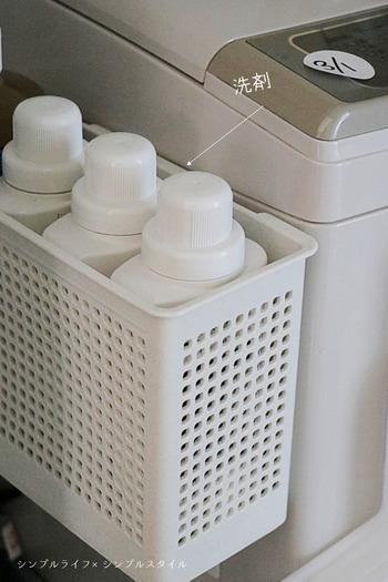 強力なマグネット付きバスケットを使えば、洗剤類も洗濯機横にまとめて収納できます。必ず使うものは、洗濯機のすぐそばにワンアクションでとれるように工夫するとよいでしょう。小さなことですが、家事ストレスの軽減につながりますよ。