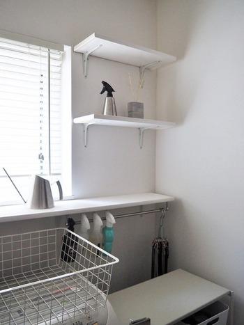 窓の横などの少しのスペースに、ウォールシェルフを設置して収納力をアップ。モノが取り出しやすいだけでなく、拭き掃除もしやすくて◎  湿気から守りたいタオルなど置いておくといいですね。