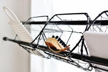 ここに棚があれば…そんな願望を叶えてくれるのがつっぱり棒。バスケットと引っかければ立派なラックに◎ ブラックで統一すれば生活感がぐっとおさえられます。  洗濯板やブラシなど、細々としたアイテムの収納力に便利です。