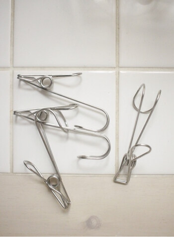わさびなどのチューブを立てるのではなく、いっそのこと吊るして収納はいかがでしょうか。こちらセリアの「ハンギングステンレスピンチ」。吊るす+挟むが両方可能な便利なアイテムです。