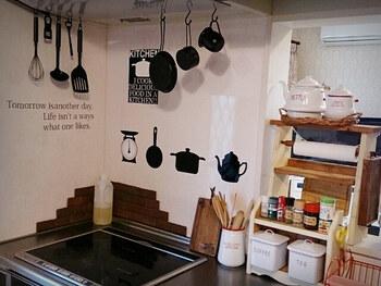 コンロ周りの壁にキッチンツールが描かれていて、実物とも美しくマッチしています。ツール類を黒で統一しているので、全体的なまとまりがありますね。長さの異なるキッチンツールをかけるときは、長さ順になるようにすると斜めのラインがおしゃれに見えます。