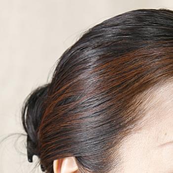 普通のカラーリング剤のように、しっかりときれいに色が入っていますね。 また、ヘナは髪の保湿力を高める効果もあるので、使っていくうちにハリ・コシが出てくせ毛も軽減してくれるそうです。