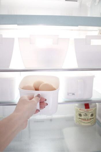 こちらセリアのみそストッカー。取っ手がついていて引き出しやすくて便利です。卵をまとめて収納しておくと、調理の際一気に取り出せて、そのまま調理台の上に置くこともできるので時短にもつながります。