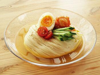 めんつゆに鶏ガラスープの素とお酢を加えて、韓国風冷麺のような仕上がりに!程よい酸味でさっぱりと食べられます。簡単に作れるナムルとキムチ、トマトにキュウリと野菜もたっぷり取れますよ。