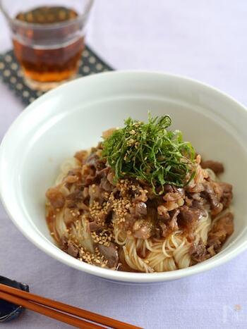 ゴマ油の風味と甘辛い味付けの牛肉を素麺に混ぜた和え麺です。ガッツリとお肉も取れてスタミナがつきそうなレシピ。最後にのせる大葉が爽やかで暑い日でもペロリと食べられそうです。