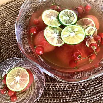 湯むきしたトマトを冷たいお出汁にドボン。しばらく置いたら完成の見た目も涼やかな一品は、夏の常備材にぴったりです。トマトには抗酸化作用が高いリコピンや、肌を美しく整えてくれるビタミンCが豊富です。日焼け対策にも是非食べておきたい夏の冷やし出汁レシピです。